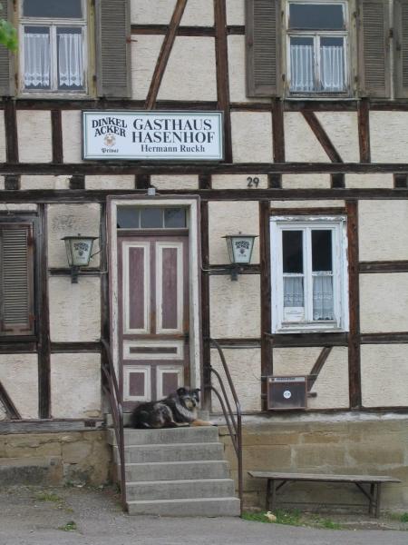 Dorfidylle im Jahr 2005 - Hund vorm Gasthaus