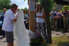 Sabine Schuldt und Manfred Ruckh enthüllen die Hasenhofstele